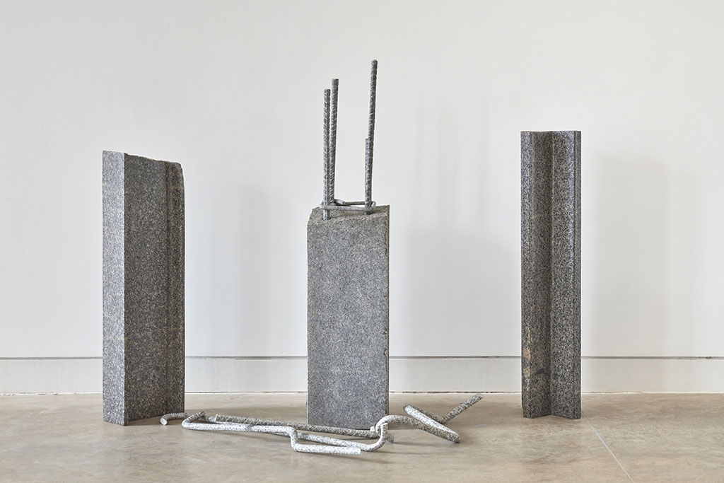 Esculturas de columnas y fierros de piedra
