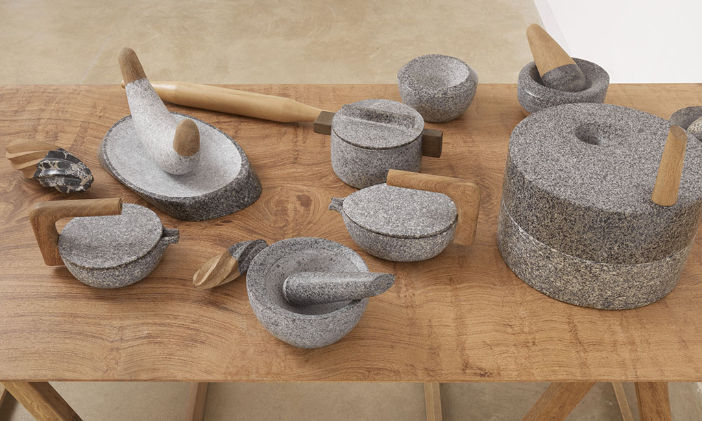 Utensilios para rituales diarios de granito y madera amazónica. Utensils for daily rituals handcrafted with granite and Amazonian wood.