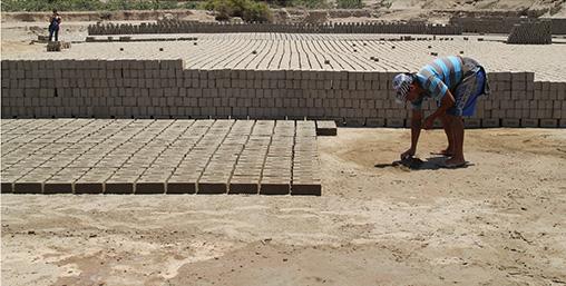 Los ladrillos de la casa fueron fabricados en hornos por artesanos que trabajan en talleres cerca a la zona. The house's bricks were manufactured in kilns by artisans who work in workshops near the area.