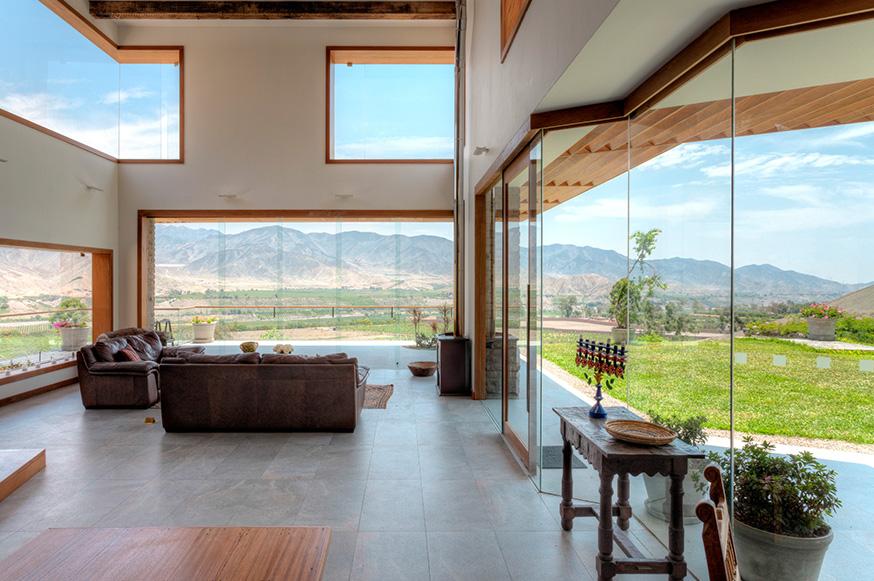 El concepto arquitectónico de la casa busca fundir los espacios interiores y exteriores. The architectural concept of the house seeks to merge interior and exterior spaces.