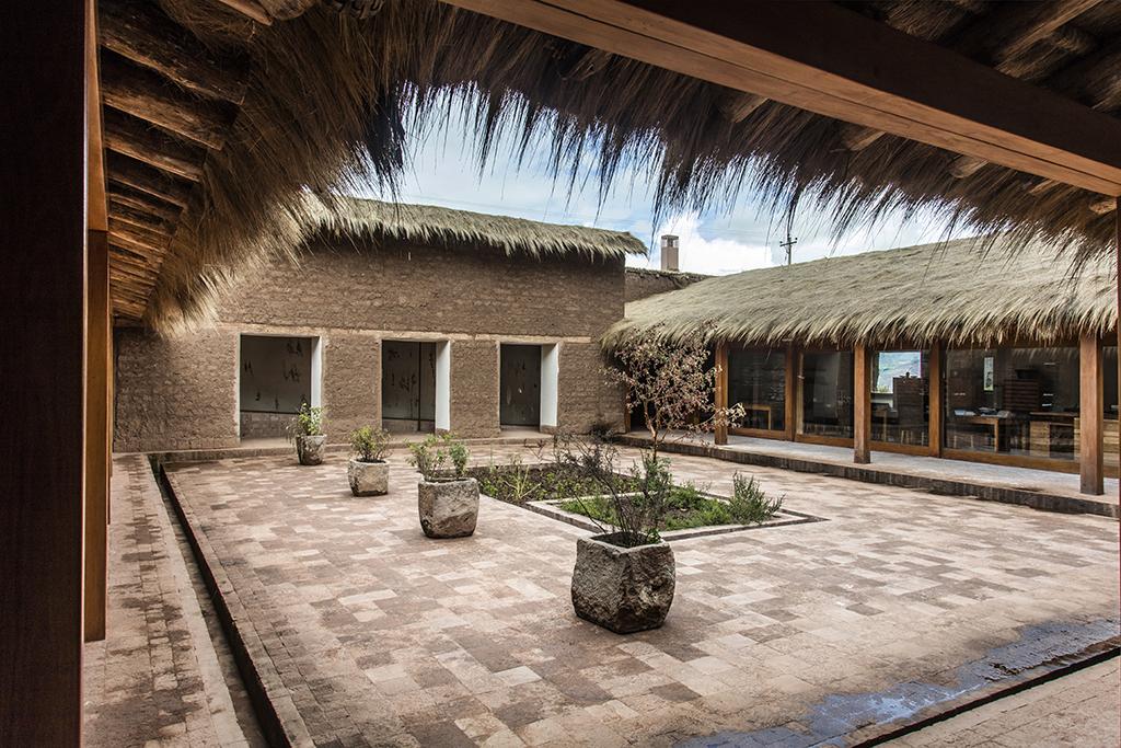 Patio central de Mil rinde homenaje al árbol de queñua. Mil's central patio pays tribute to the Queñua tree.