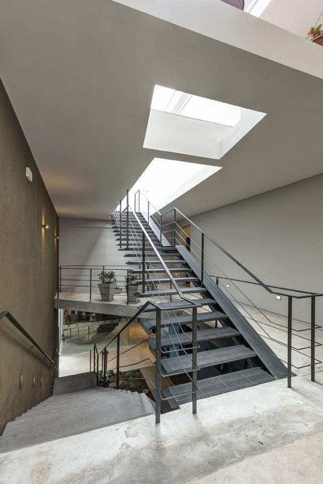 Escaleras de piedra y metal de restaurante Kjolle en Lima, Perú.