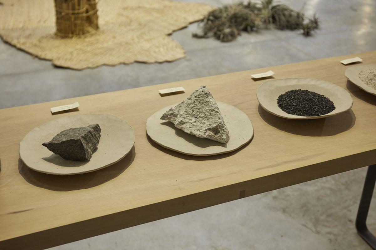 Materiales saludables: Carbón activado - Piedra de sillar - Piedra basalto. Healthy materials: Activated carbon - Sillar stone - Basalt stone.